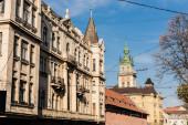 neoklasszikus épületek és korniakt torony ellen kék ég Iviv, Ukrajna