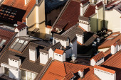 Fotografie letecký pohled na domy s barevnými kachlovými střechami v lvově, ukrajinské