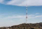 Photo broadcasting tv tower on hill in lviv, ukraine