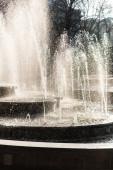 kaskádová fontána poblíž stromů v Ivově, Ukrajina