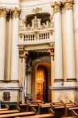 LVIV, UKRAJINA - 23. října 2019: balkón a sloupy se zlacenou výzdobou v dominikánském kostele