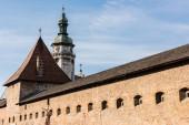 korniakt torony és karmelit kolostor fala ellen kék ég Iviv, ukrajnai