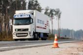 LVIV, UKRAINE - 2019. október 23.: az autópályán közlekedő cirill betűs teherautó szelektív fókusza