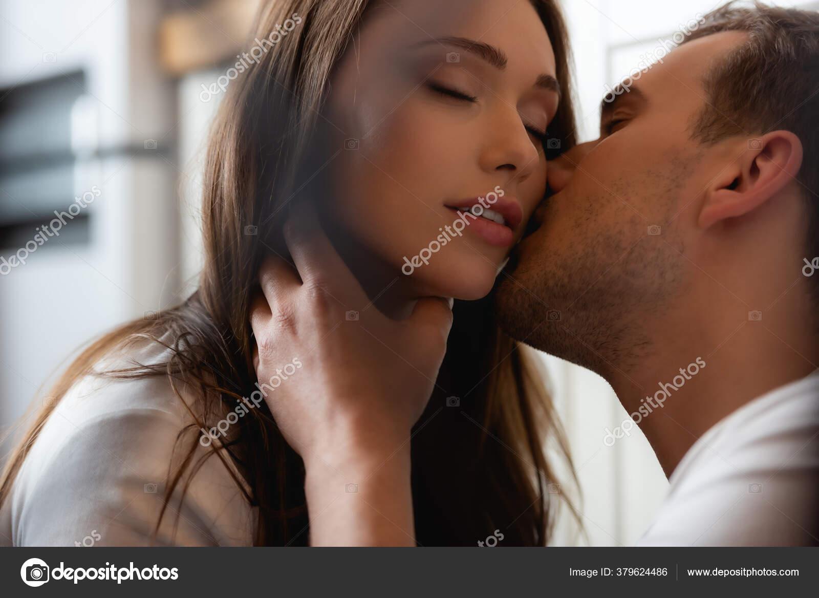 Women kissing hot Yahoo är