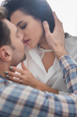 Selektivní zaměření krásné ženy líbání a dotýkání krku přítele