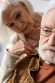 szelektív fókusz idős nő nézi férj demencia betegség