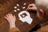 magas szög kilátás idős férfi gyűjtése kirakós, mint a demencia rehab