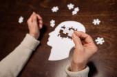 oříznutý pohled na ženu sbírající skládačku jako terapii demencí