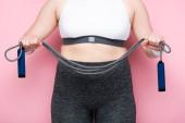 részleges kilátás túlsúlyos lány sportruházat gazdaság ugrókötél rózsaszín