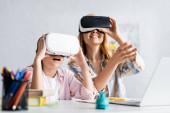 Fotografie Selektiver Fokus aufgeregter Kinder mit vr-Headset in der Nähe der Mutter während der Online-Ausbildung