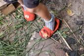 kivágott kilátás szegény gyerek állt szakadt cipőben