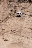 Selektivní zaměření fotbalového míče na zemi na městské ulici
