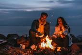 selektivní zaměření muže uvedení do ohně v blízkosti dívky