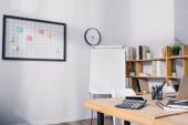 Számológép, írószer és digitális eszközök szelektív fókusza az irodai fából készült asztalon