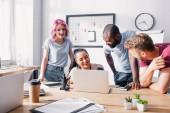 Selektivní zaměření multikulturních podnikatelů využívajících notebook v kanceláři
