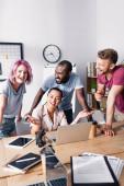 Selektiver Fokus multiethnischer Geschäftsleute mit Laptop während eines Videogesprächs im Büro