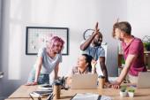 Selektivní zaměření na podnikatelky, které se na sebe dívají, zatímco multikulturní kolegové dávají v úřadu vysoké pětky