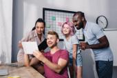 Fotografie Selektiver Fokus multiethnischer Geschäftsleute mit digitalem Tablet im Büro