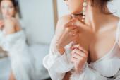 Vágott kilátás menyasszony csipke melltartó és gyöngy fülbevaló megható selyem köntös otthon