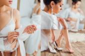 Koláž nevěsty ve spodním prádle dotýkající hedvábný župan a uvedení na podpatky doma