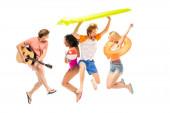 Aufgeregte multiethnische Freunde mit Akustikgitarre, aufblasbarer Matratze und Ballspringen isoliert auf weiß