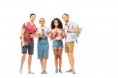 Multietnické studenty s kávou jít a knihy při pohledu na kameru na bílém pozadí