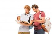 Studenti s kávou jít při pohledu na notebook izolované na bílém