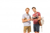 Studenti s kávou jít, batohy a notebooky při pohledu do kamery izolované na bílém