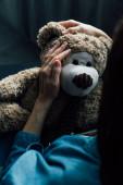 szelektív fókusz barna nő holding teddy maci