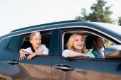 Selektivní zaměření ženy dívá pryč během víkendu na auto s rodinou