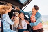 Selektivní zaměření rodiny se zlatým retrívrem sedí v kamionu