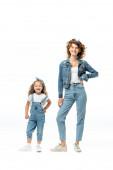 matka a dcera v denim oblečení pózovat izolované na bílém