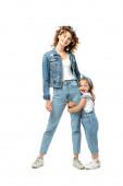 dcera v džínové oblečení objímání matka noha izolované na bílém