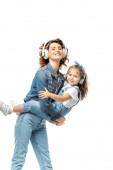 anya gazdaság lánya és zenét hallgatni fülhallgató elszigetelt fehér