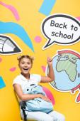 Iskoláslány hátizsákkal ujjal mutogatnak a beszéd buborék vissza az iskolai betűk és a papír művészet sárga alapon