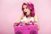 sokkolt fiatal nő színes hajjal gazdaság festett magnó elszigetelt rózsaszín