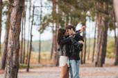 Fotografie Selektiver Fokus junger Paare in Lederjacken, die sich im Wald küssen