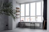 Modernes Wohninterieur mit Stühlen und Couchtisch