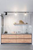 Tágas, minimalista konyha betonfalakkal