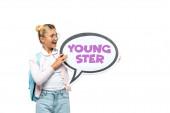 Schulkind mit Rucksack hält Sprechblase mit Jugendbuchstaben isoliert auf weißem Grund