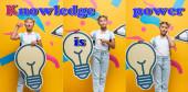 Koláž zamyšlené a ustaraná školačka drží dekorativní žárovku v blízkosti papíru umění a znalosti, moc nápisy na žluté