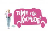 Iskoláslány gazdaság laptop és mutatja igen gesztus közelében iskolabusz illusztráció és ideje a tudás felirat fehér háttér