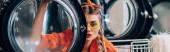 fiatal nő napszemüvegben nézi kamera keresztül ajtó mosógép, banner
