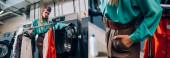 Collage einer jungen und stilvollen Frau im Turban, die mit der Hand in der Tasche neben Kleidung und Waschmaschinen im modernen Waschsalon steht