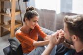 boldog nő nézi gyengéd barátja csók kezét elmosódott előtérben