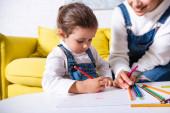 Lányom rajz színes ceruza, papír közelében anya otthon
