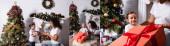Koláž dcery s velkou dárkovou krabicí v blízkosti matky a zdobené borovice doma