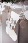 A karácsonyi harisnya szelektív fókusza díszítéssel és csecsebecsével