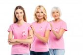 Ženy s rakovinou prsu povědomí stuhy objímající izolované na bílém