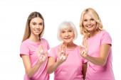 Frauen zeigen rosa Schleifen und blicken vereinzelt in die Kamera